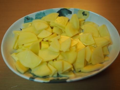 ジャガイモを薄切り&イチョウ切りにする