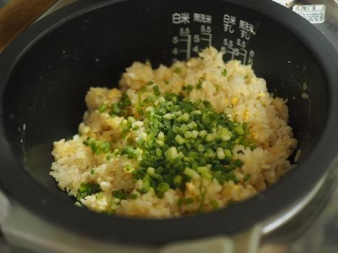 卵が半熟になったタイミングで刻みネギを入れてかき混ぜる。